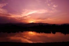 Ciel et rayon de soleil de nuage avec le lac image libre de droits