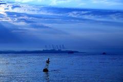 Ciel et rayons de soleil de coucher du soleil au-dessus d'océan Images stock