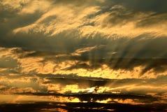 Ciel et rayons de soleil de coucher du soleil au-dessus d'océan Image libre de droits