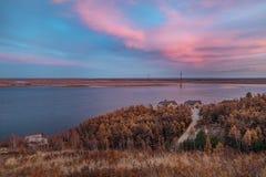 Ciel fantastique et réflexion magique sur le fleuve Lena photos libres de droits