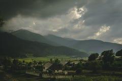Ciel foncé au-dessus d'un village photos stock