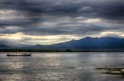 Ciel foncé au-dessus de l'océan, la petite île de GILI Indonesia De l'Océan Indien Photo libre de droits