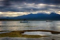 Ciel foncé au-dessus de l'océan, la petite île de GILI Indonesia De l'Océan Indien Photographie stock