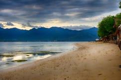 Ciel foncé au-dessus de l'océan, la petite île de GILI Indonesia De l'Océan Indien Image stock