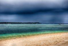 Ciel foncé au-dessus de l'océan, la petite île de GILI Indonesia De l'Océan Indien Image libre de droits
