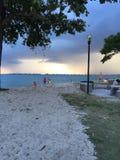 Ciel foncé au-dessus de la plage Photos stock