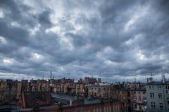 Ciel foncé au-dessus de la ville Photos stock