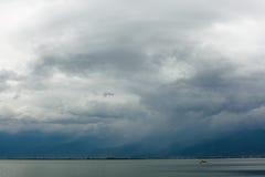Ciel foncé au-dessus de lac d'erhai dans le dali Photo stock