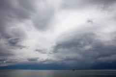 Ciel foncé au-dessus de lac d'erhai dans le dali Images stock