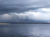 Ciel foncé au-dessus du lac avant un orage photos stock