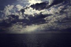 Ciel foncé avec les nuages lourds au-dessus de la mer photo stock