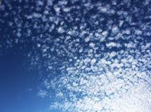 Ciel foncé avec les nuages réguliers Image libre de droits