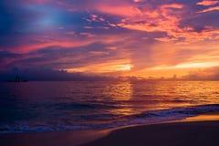 ciel foncé bleu de rouge de matin de plage Photo libre de droits