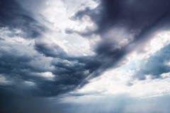 Ciel foncé dramatique avec des rayons du soleil Images stock