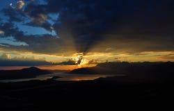 Ciel foncé et le coucher du soleil Photos stock