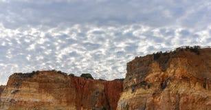 Ciel foncé et nuageux au-dessus des falaises de chaux sur une plage dans Portimao, Portugal image stock