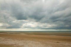 Ciel foncé sur villers-sur-MER Images stock