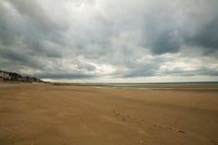 Ciel foncé sur villers-sur-MER Image stock