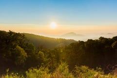 Ciel gentil avec la montagne le temps de lever de soleil avec le ligh de fusée d'intention Images stock