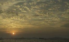 Ciel gentil de coucher du soleil avec des nuages en mer photos libres de droits