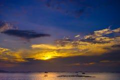 Ciel gentil de coucher du soleil en mer images stock