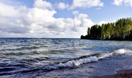 Ciel gris-foncé au-dessus du lac agité photo libre de droits