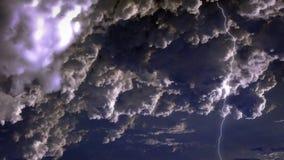 ciel 4K spectaculaire avec des orages et des foudres en nuages de tempête de nuit banque de vidéos