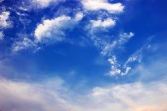 Ciel légèrement nuageux image libre de droits