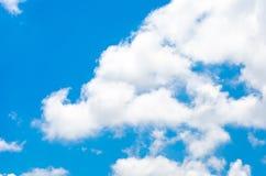 Ciel léger gentil avec le nuage, ciel bleu images stock