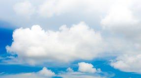 Ciel léger gentil avec le nuage, ciel bleu photos stock