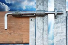 Ciel-liberté clôturée sur le blocage. Photographie stock