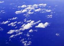 Ciel lilas avec des cumulus d'une fenêtre d'avion images libres de droits