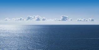 Ciel lumineux avec de petits nuages suspendus dans le ciel au-dessus d'une mer calme en Côte d'Azur France photo libre de droits