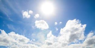 Ciel lumineux avec le soleil brillant et légèrement cumulus en été photographie stock