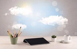 Ciel lumineux avec les nuages et le bureau Photos stock