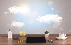 Ciel lumineux avec les nuages et le bureau Images libres de droits