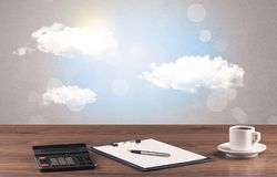 Ciel lumineux avec les nuages et le bureau Image stock