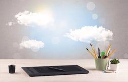 Ciel lumineux avec les nuages et le bureau Photo stock