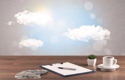 Ciel lumineux avec les nuages et le bureau Photos libres de droits