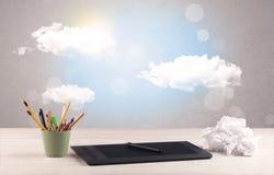 Ciel lumineux avec les nuages et le bureau Photographie stock libre de droits