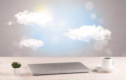 Ciel lumineux avec les nuages et le bureau Photo libre de droits
