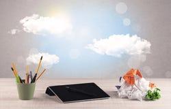 Ciel lumineux avec les nuages et le bureau Images stock