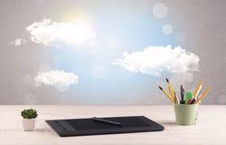 Ciel lumineux avec les nuages et le bureau Photographie stock