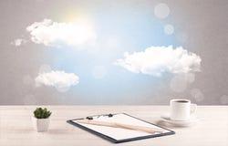 Ciel lumineux avec les nuages et le bureau Image libre de droits