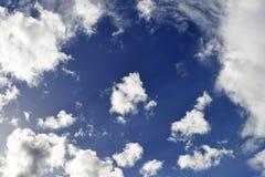 Ciel lumineux capturé tandis qu'un jour ensoleillé avec des cumulus photo libre de droits