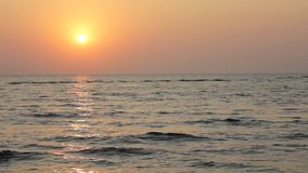 Ciel lumineux de coucher du soleil avec un chemin du soleil vers la mer sur le fond de l'océan clips vidéos