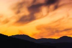 Ciel lumineux de coucher du soleil dans les montagnes norway Photo stock