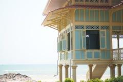 Ciel lumineux de maison de bord de la mer Photos stock