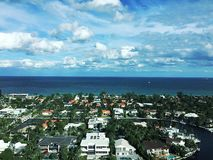 Ciel lumineux de ville d'océan Photographie stock libre de droits