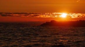 Ciel lumineux et vif au coucher du soleil au-dessus de l'océan image stock